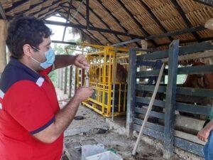 Carlos Vizcaíno con jeringa
